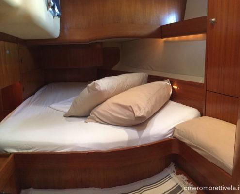 vacanze in barca a vela con skipper Sardegna interni barca cabina matrimoniale