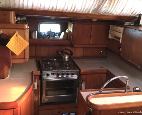 vacanze in barca a vela con skipper Sardegna interni barca cucina